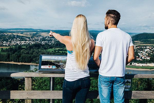 Junges Wanderpärchen genießt die Aussicht auf dem Linzer Kaiserberg