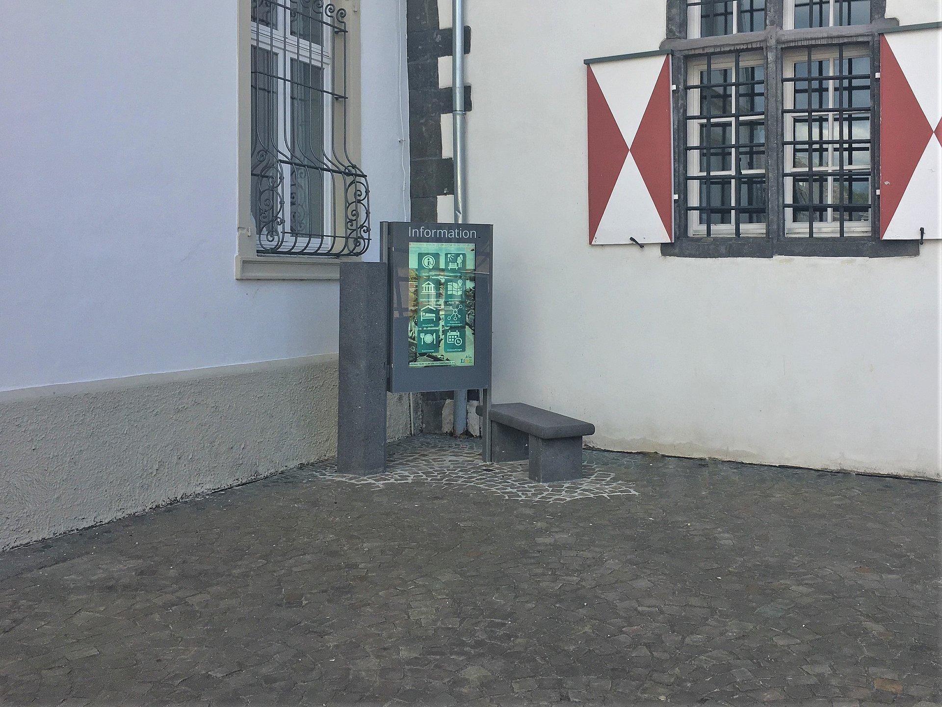 Informationsbildschirm vor dem Rathaus