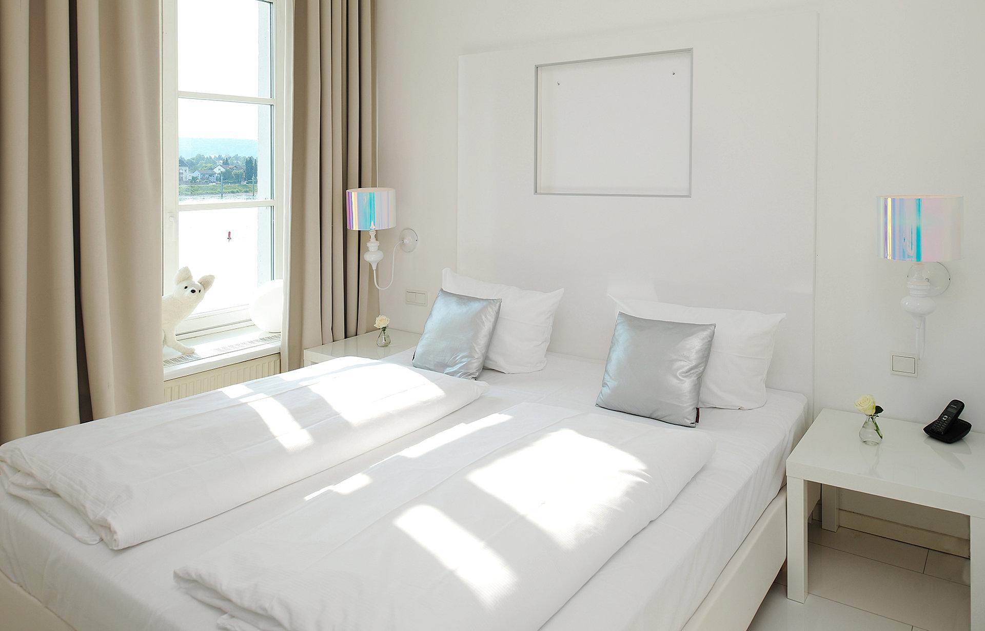 Helles, freundliches Hotelzimmer mit Blick auf den Rhein