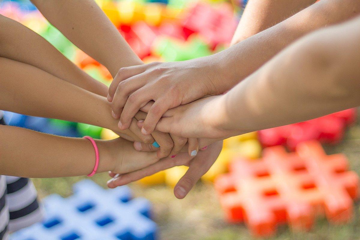 Kinderhände, Gemeinschaft
