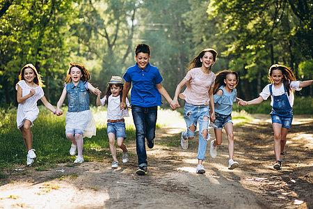 Kinder beim Toben im Wald