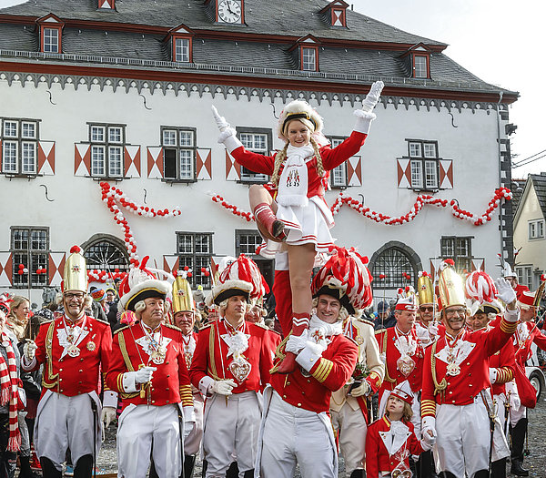 Stadtsoldaten und Tanmariechen vor dem Rathaus