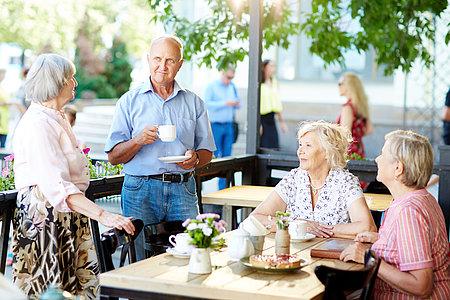 Munter Senioren beim gemeinsamen Kaffeetrinken
