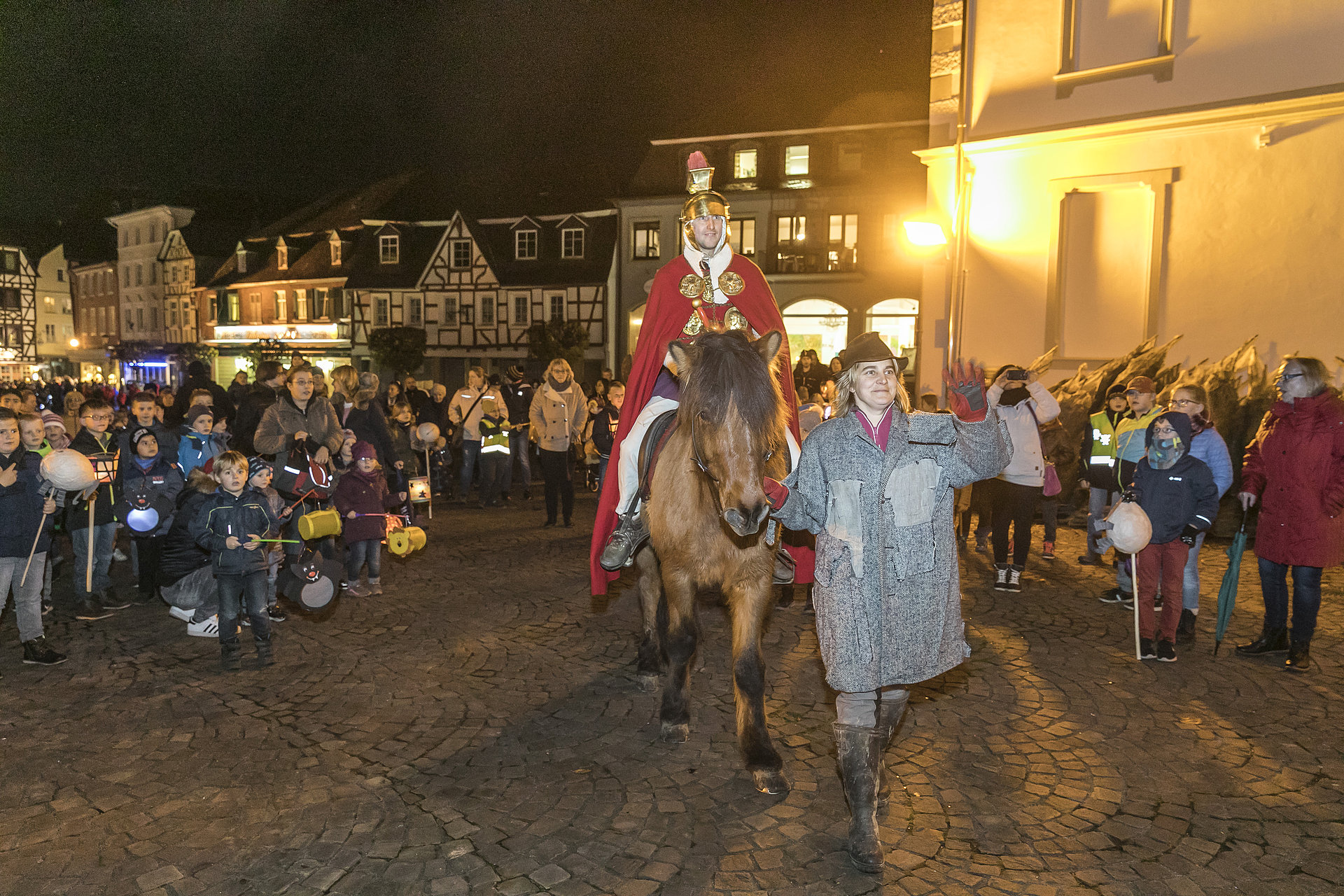 St. Martin auf seinem Pferd umgeben von Kindern