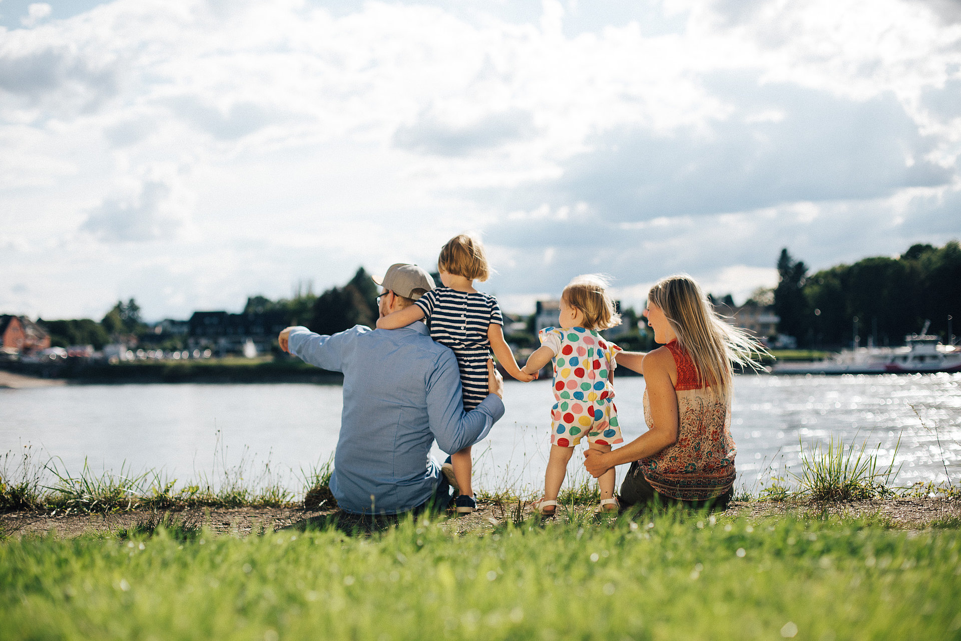 Glückliche Familie am Rheinufer