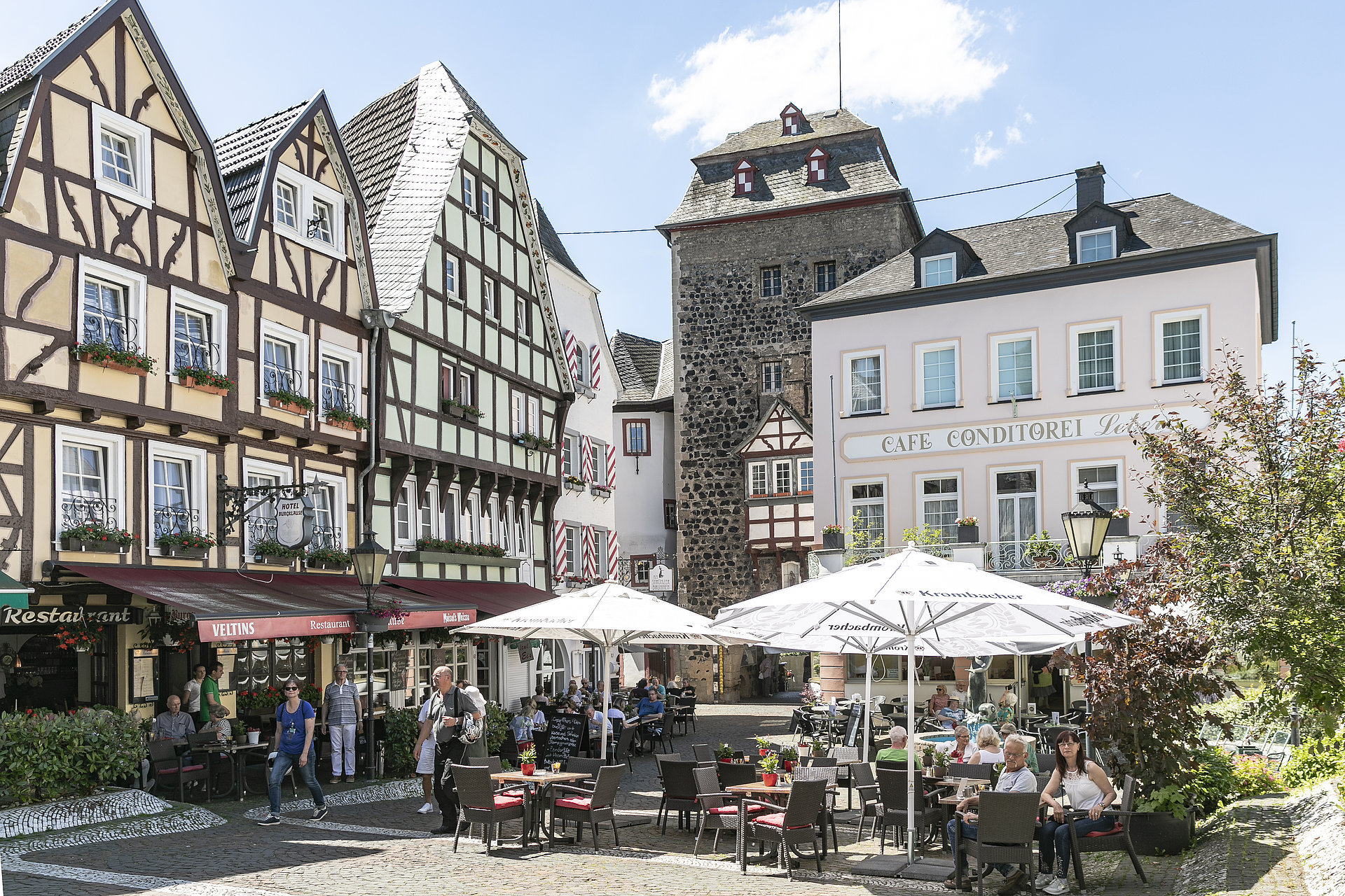 Belebte, historische Linzer Burgplatz im Sonnenschein