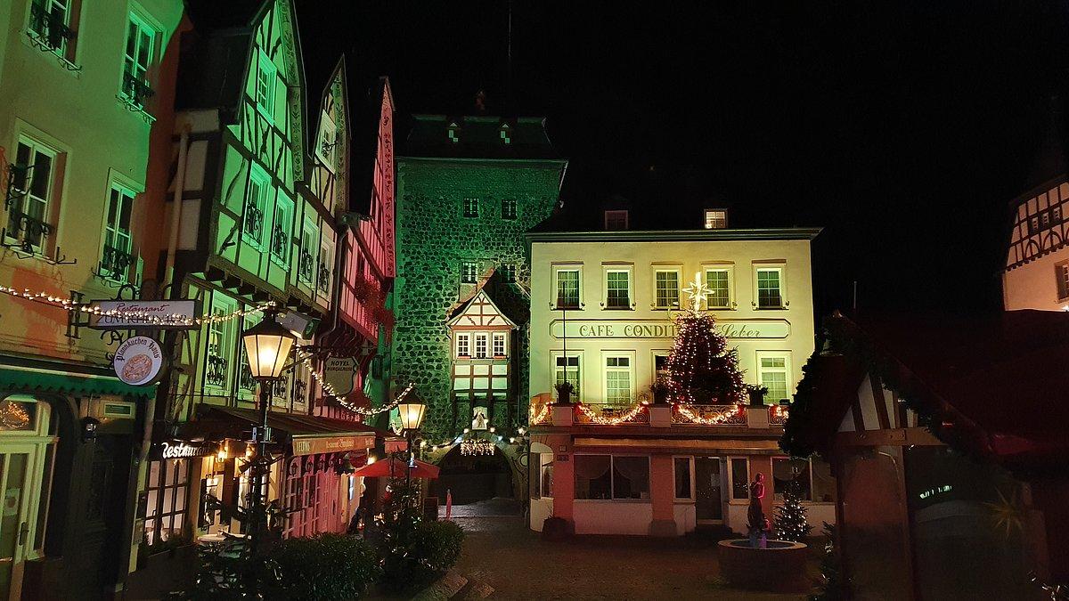Burgplatz Linz am Rhein bunt beleuchtet