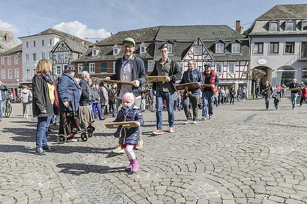 Linzer Klapperjungen und -mädchen auf dem Marktplatz