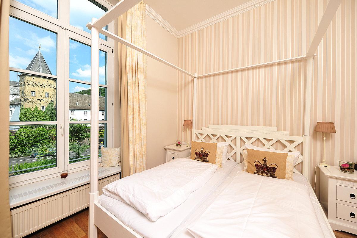 Helles, romantisches Hotelzimmer mit Blick auf die Burg Linz
