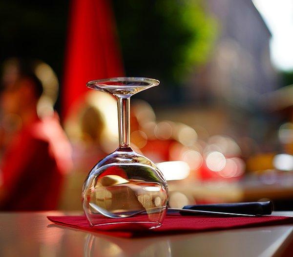 Gedeckter Tisch mit Weinglas