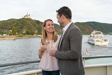 Paar genießt einen Ausflug auf einem Schiff