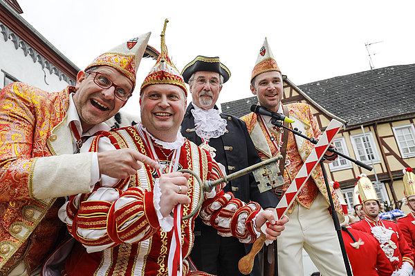 Muntere Karnevalisten beim Rathaussturm