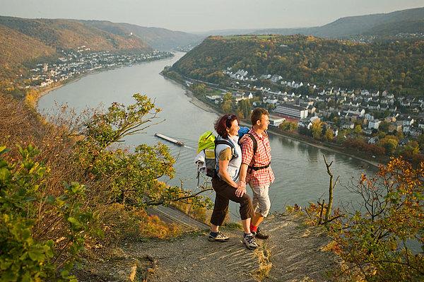 Wanderer genießen die Aussicht auf  den Rhein