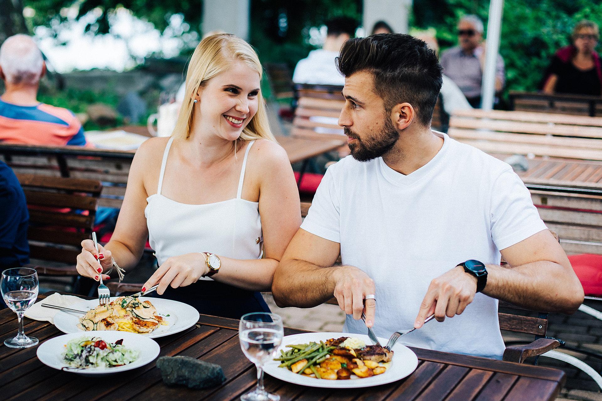 Paar beim Essen im Biergarten