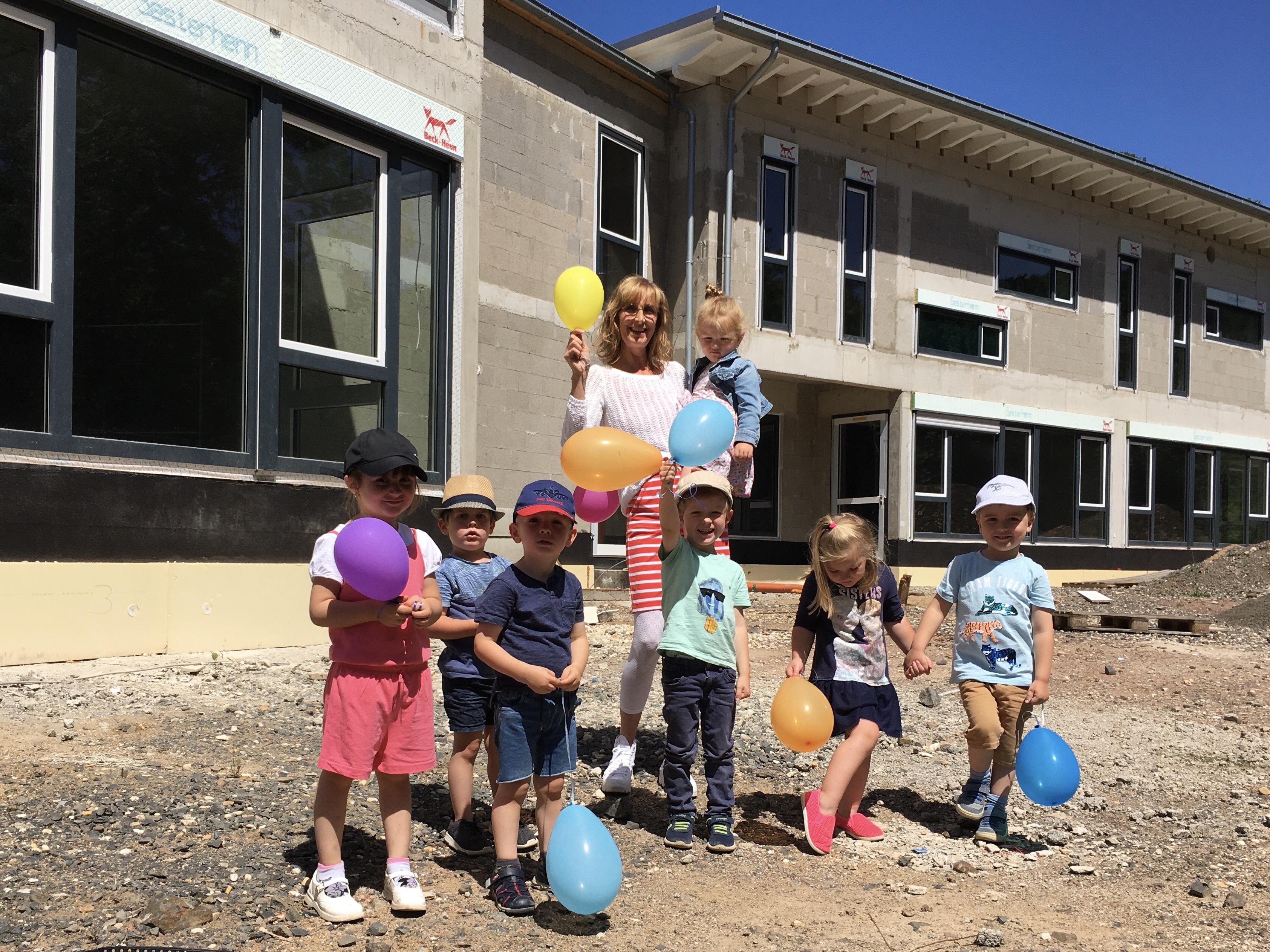 Kinder vor Rohbau Kindergarten Friedrich-Ebert-Straße
